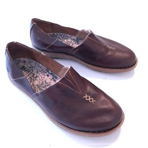 BORN SZ 10 LEATHER SLIP ON LOAFERS